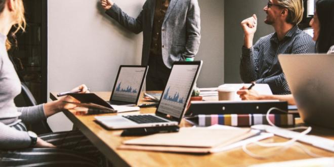 Informa D&B empresas Portugal recuperação económica atividade empreendedora escritório trabalho equipa empresas
