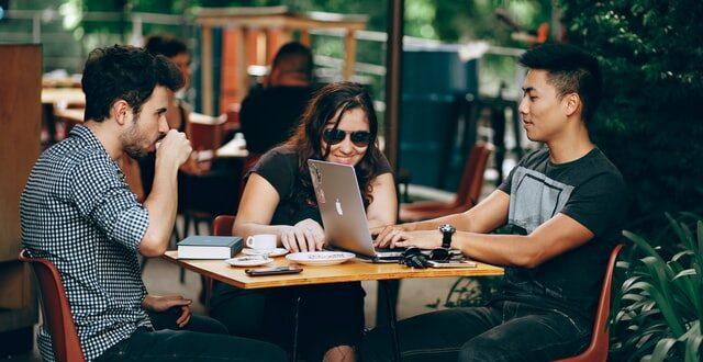 geração z millennials 19th Metlife Employee Benefit Trends Study 2021 MetLife trabalho empresas investigação café jovens